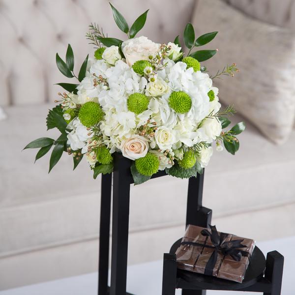 أميليا زهور مع قاعدة زهور مع قاعدة