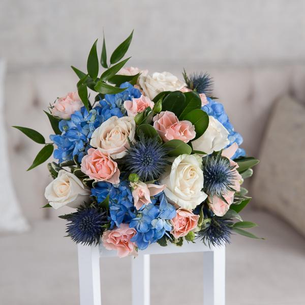 آريا 'زهور مع قاعدة زهور مع قاعدة