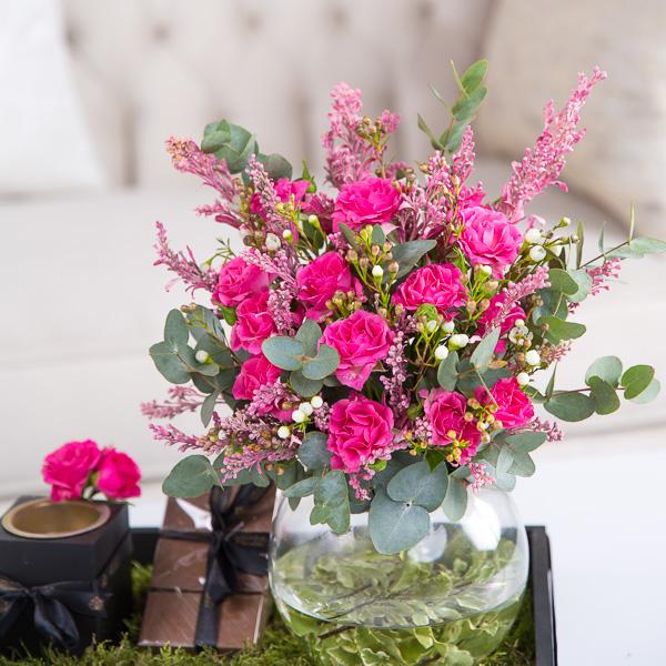 كارولين زهور مع قاعدة زهور مع قاعدة