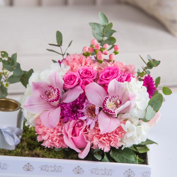 مادلين 'زهور مع قاعدة زهور مع قاعدة