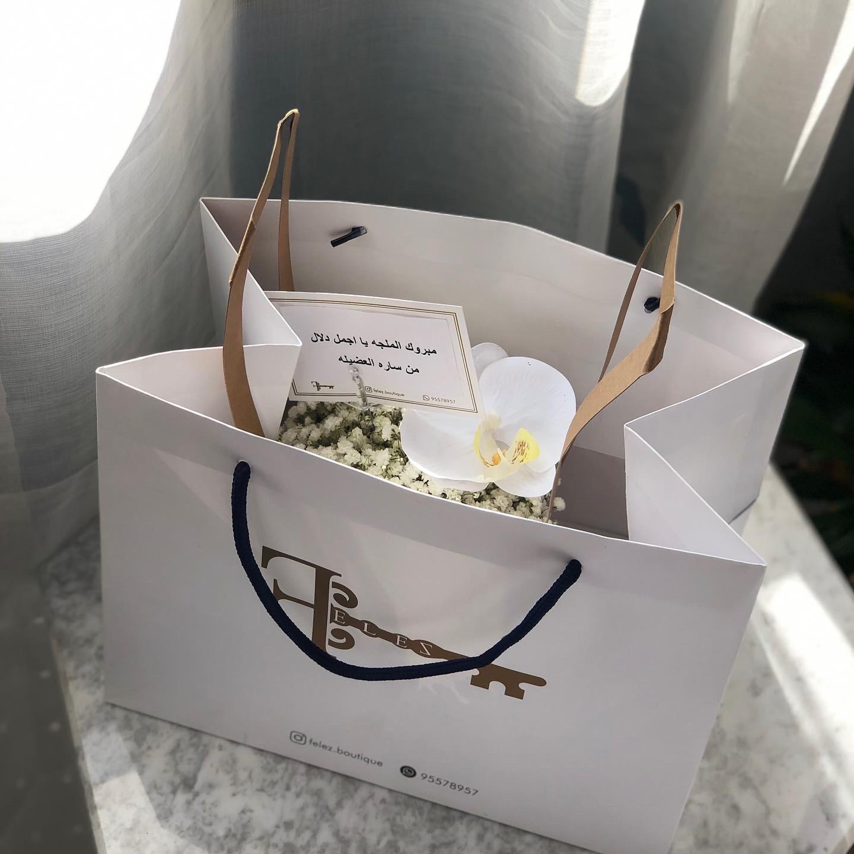 كيس فيليز بالورد الابيض باقة زهور باقة زهور