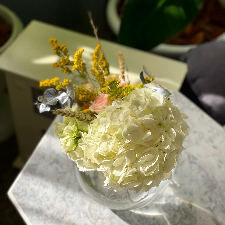 فازة ورد مع الاسم زهور مع قاعدة زهور مع قاعدة