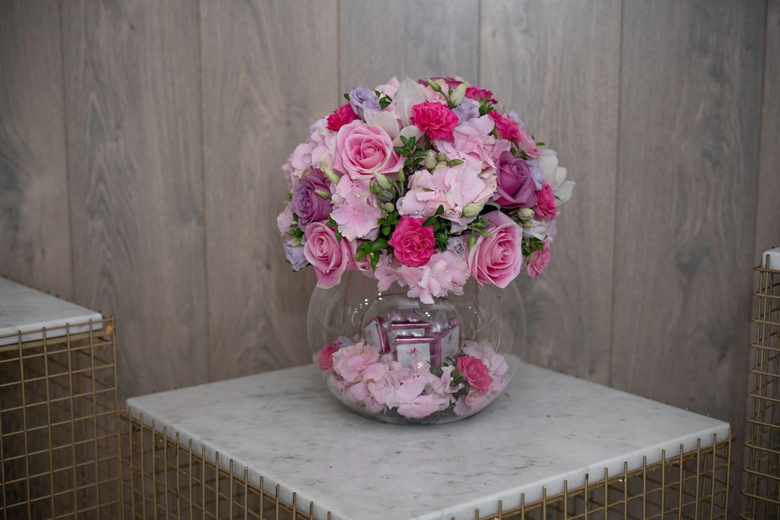 المناسبه الورديه سلة هدية