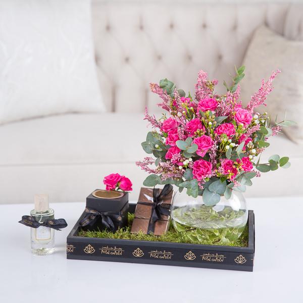 كارولين زهور مع قاعدة