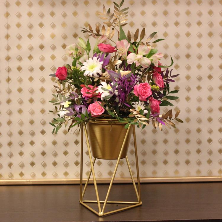 جولدين جيفت 'زهور مع قاعدة'