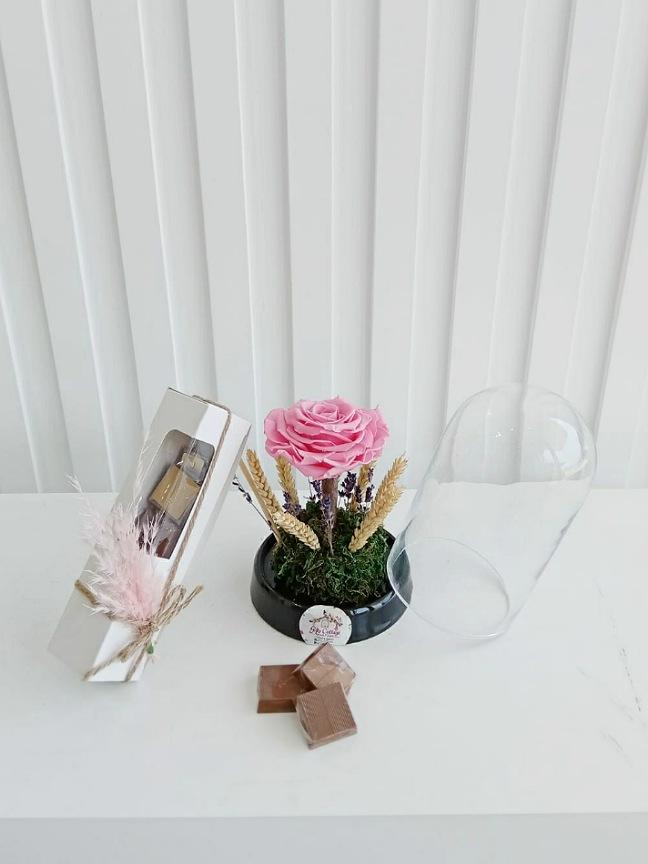 الوردة الدائمة الوردية مع شوكولاتة 'سلة هدية'
