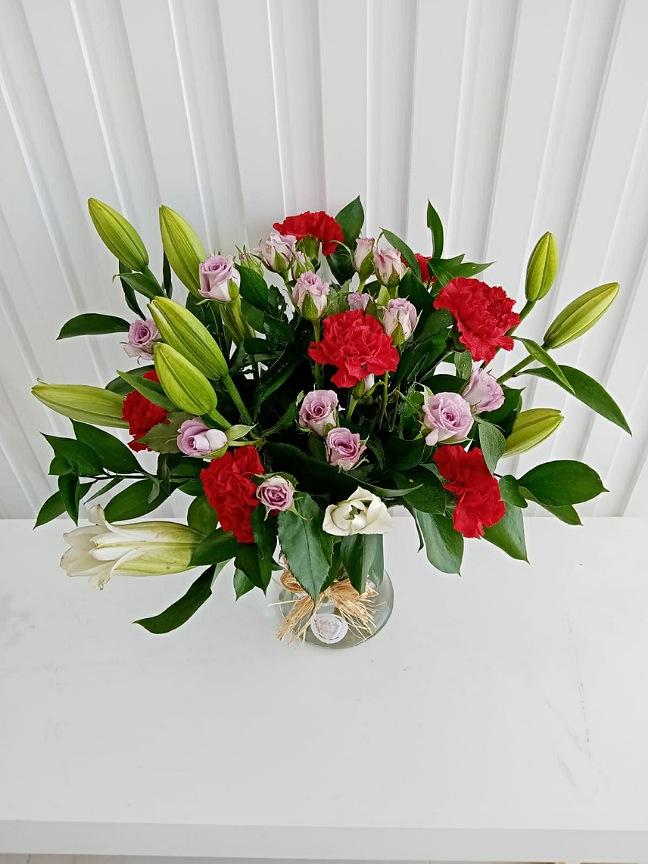 بوكيه كازابلانكا 'زهور مع قاعدة'