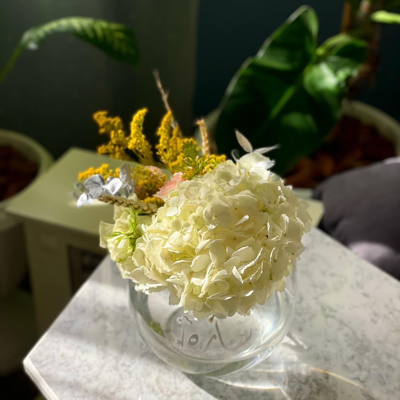 فازة ورد مع الاسم زهور مع قاعدة
