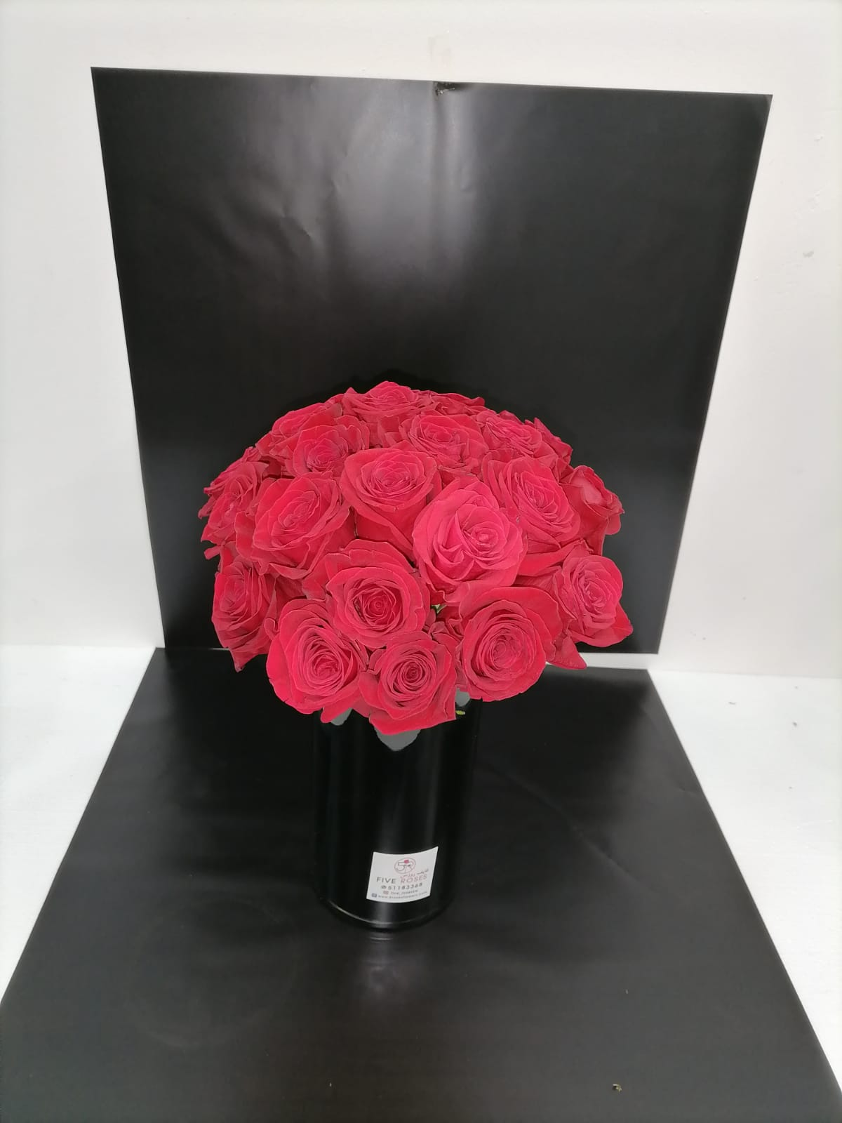 red roses in black vasa  Flower with Base