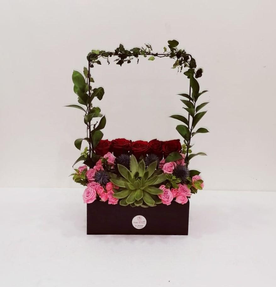 الحامل الأسود زهور مع قاعدة